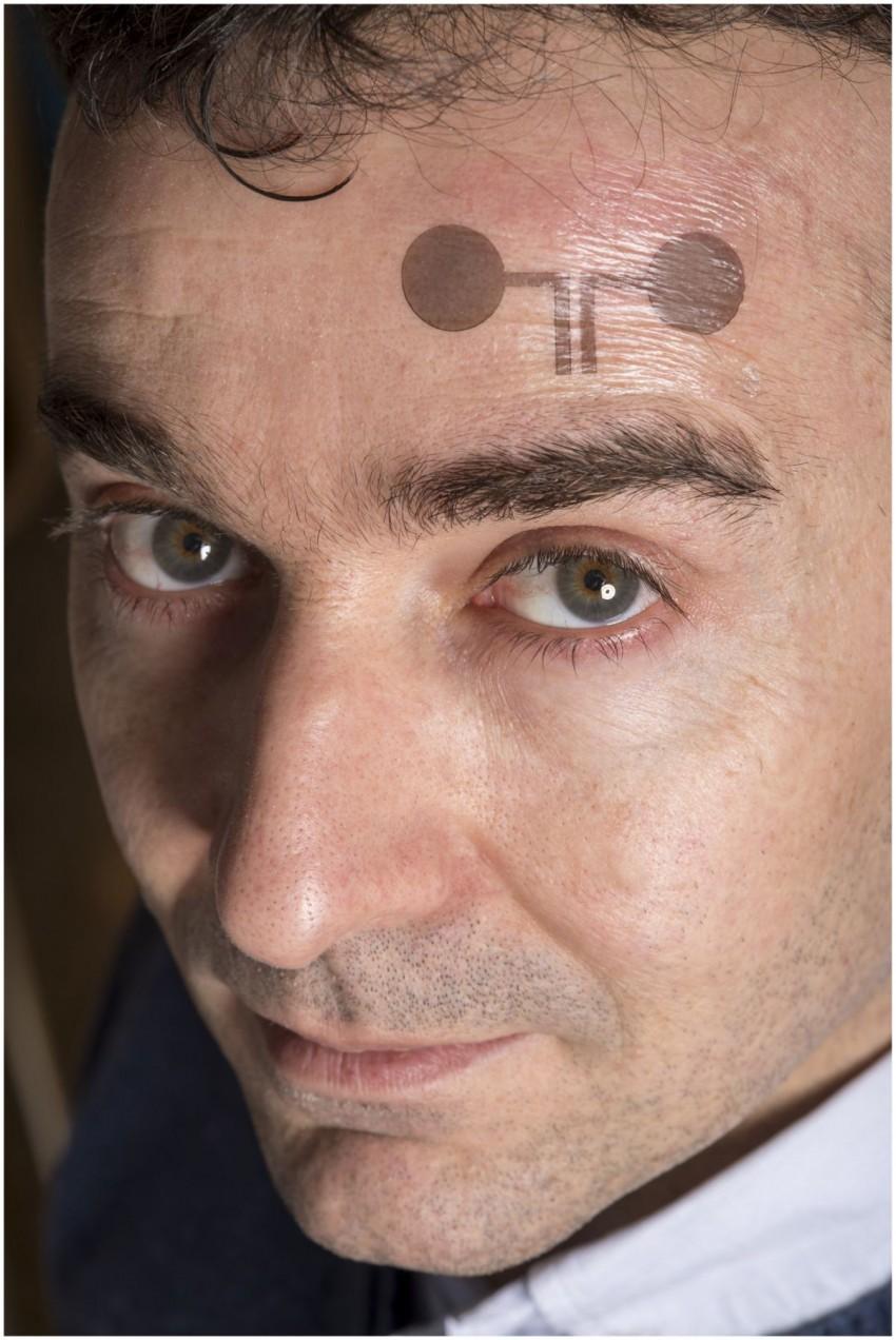 Wsiadł Do Autobusu Człowiek Z Tatuażową Elektrodą Na Czole